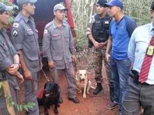cadela akira bombeiros uberaba busca cadáveres (Foto: Reprodução/ TV Integração)