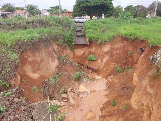 Cratera pode causar desabamento na TO-222, em Araguaína (Foto: Marcos Filho/Ascom)
