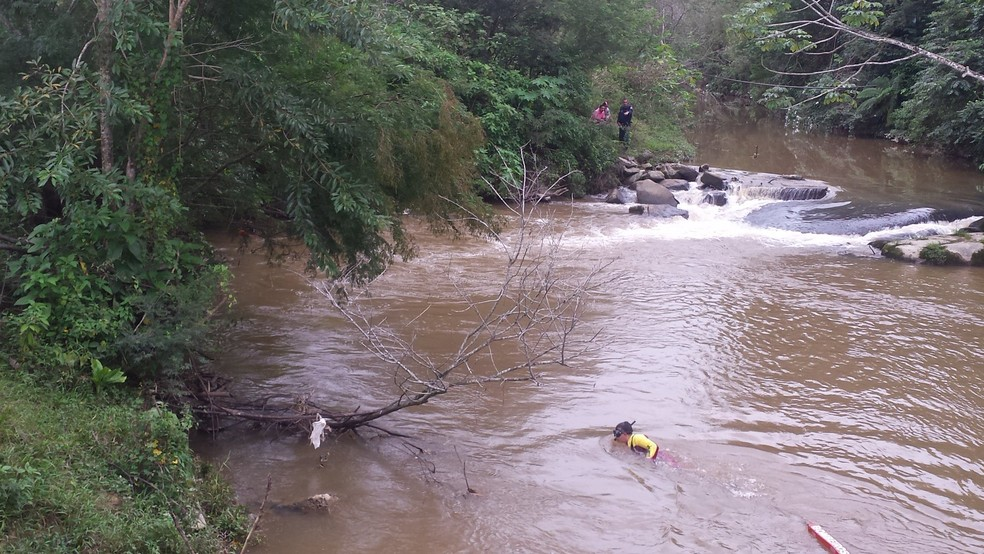 Bombeiros buscam desaparecidos em rio de Biguaçu nesta sexta (14) (Foto: Corpo de Bombeiros/Divulgação)