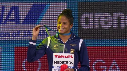 Etiene Medeiros conquista bi mundial nos 50m costas em piscina curta