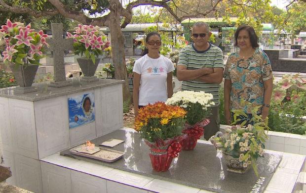 Filhos prestando homenagem no túmulo da mãe (Foto: Reprodução/TV Amapá)