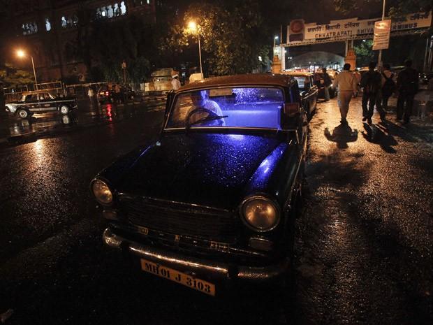 Taxista e seu Padmini Premier  (Foto: Vivek Prakash/Reuters)