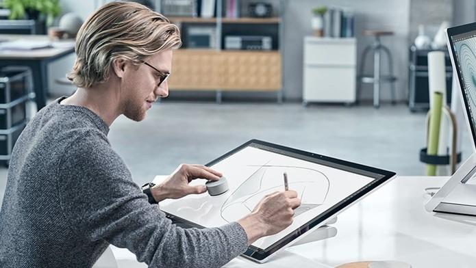 Surface Dial pode ser usado sobre a tela do Surface Studio (Foto: Divulgação/Microsoft) (Foto: Surface Dial pode ser usado sobre a tela do Surface Studio (Foto: Divulgação/Microsoft))