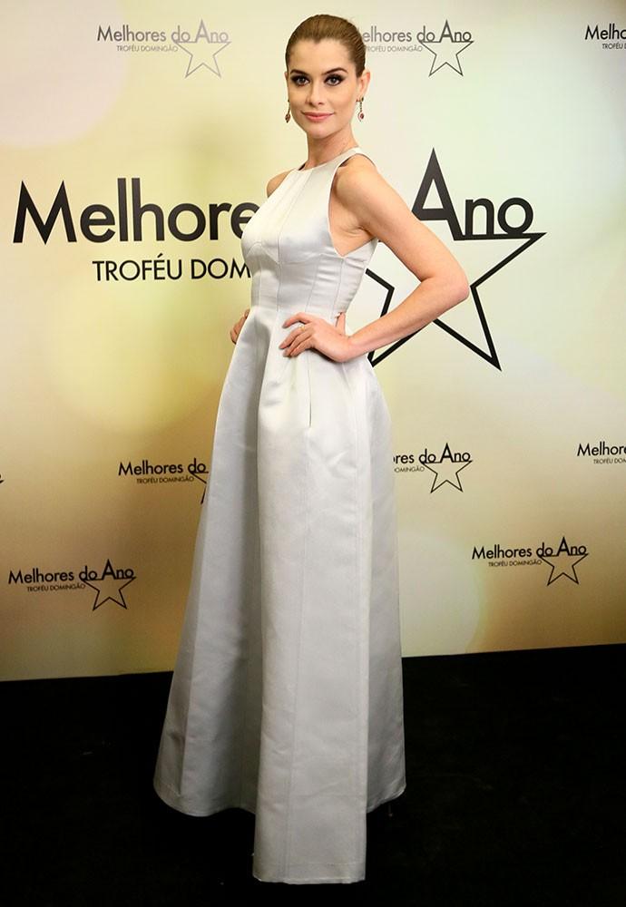 Alinne Moraes usa longo prateado e joias delicadas para evento (Foto: Isabella Pinheiro/Gshow)