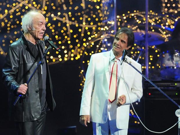 O rei recebe o amigo Erasmo Carlos no palco (Foto: Renato Rocha Miranda/TV Globo)