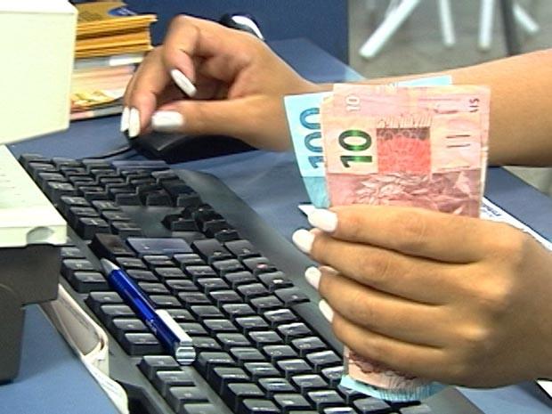 primeira parcela do 13º salário começou a ser paga pelas empresas de Araxá MG (Foto: Reprodução/TV Integração)