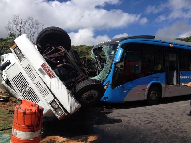 Acidente entre BRT e caminhão na Avenida das Américas (Foto: Daniel Silveira/G1)