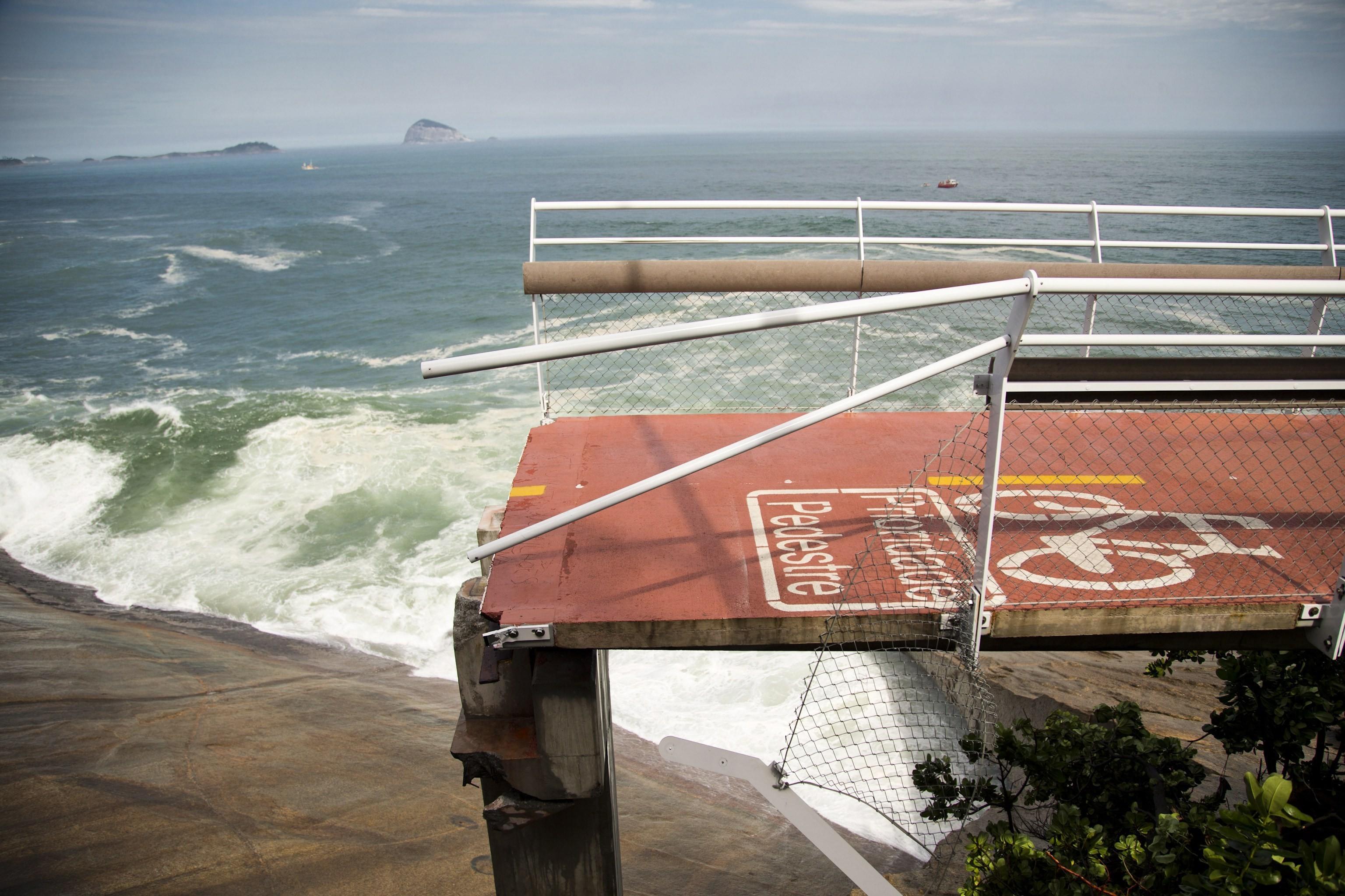Parte da ciclovia Tim Maia foi derrubada por uma onda