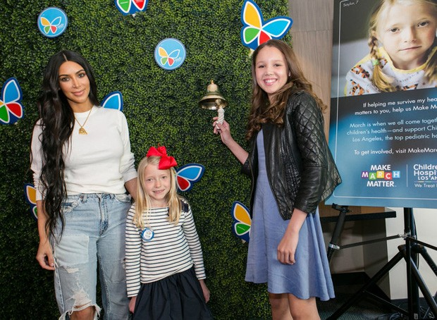 Kim Kardashian visita hospital infantil (Foto: Children's Hospital Los Angeles)