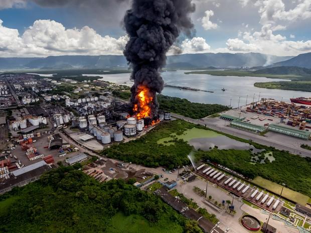 Incêndio atinge tanques de combustível em Santos, no litoral de São Paulo (Foto: Sérgio Furtado/G1)