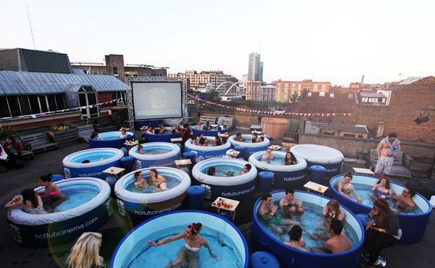 G1 39 cinema na banheira 39 tem piscinas de pl stico no for Piscinas cuadradas de plastico
