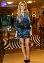 Look do dia: Isabelle Drummond usa vestidinho estampado em São Paulo