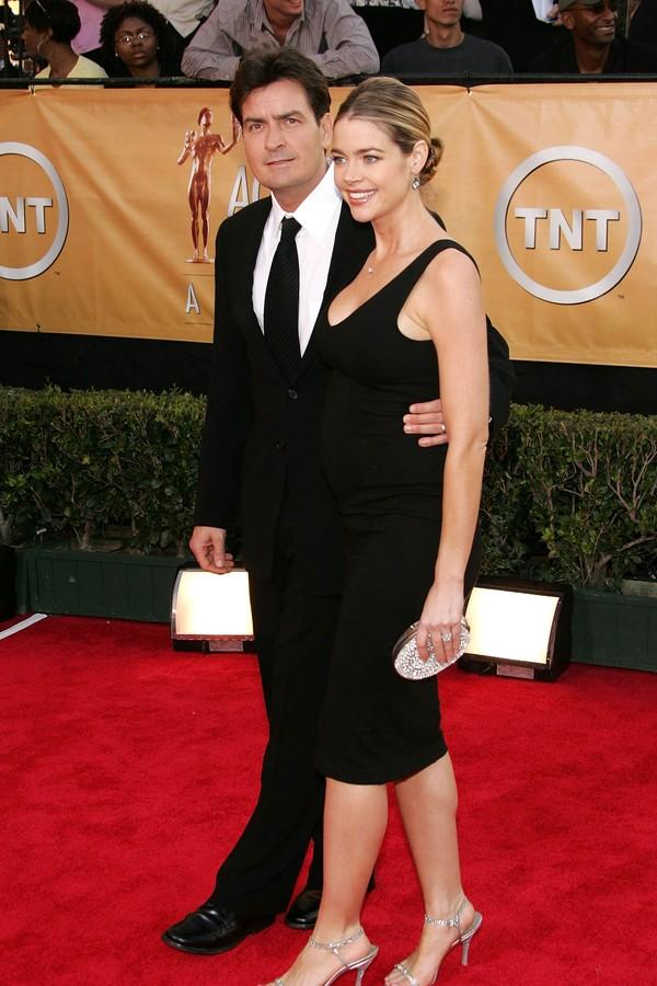 Charlie Sheen e Denise Richards terminaram após três anos juntos (Foto: Getty Images)