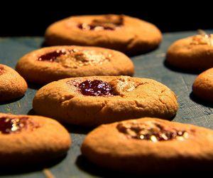Biscoitos de manteiga de amendoim com geleia