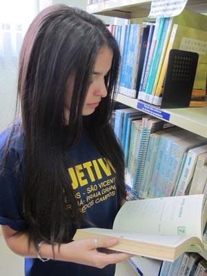 Amigas usam muito a biblioteca mas lêem os livros no ônibus (Foto: Mariane Rossi/G1)