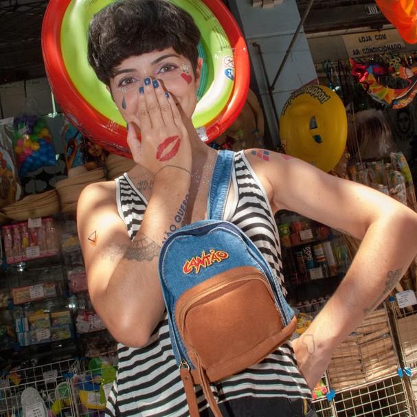 A mochila agora é pochete (Foto: Divulgação)