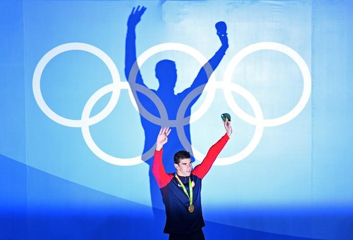GALERIA - Ouro nos 200m borboleta, Michael Phelps se agigante na cerimônia de premiação (Foto: Richard Heathcote/Getty Images)