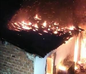 Incêndio foi registrado na madrugada desta segunda-feira (11) (Foto: Reprodução/Arquivo Pessoal/Melk Feitoza)