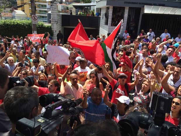 Militantes se reúnem na frente do prédio onde Lula mora para apoiar o ex-presidente (Foto: Vivian Reis / G1)