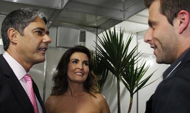 William Bonner e Fátima Bernardes conversam com Henri Castelli (Foto: Divulgação/TV Globo)