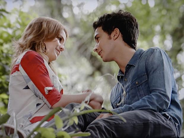 Anita vai ao encontro de Ben no bosque, e não resiste ao garoto (Foto: Malhação / TV Globo)