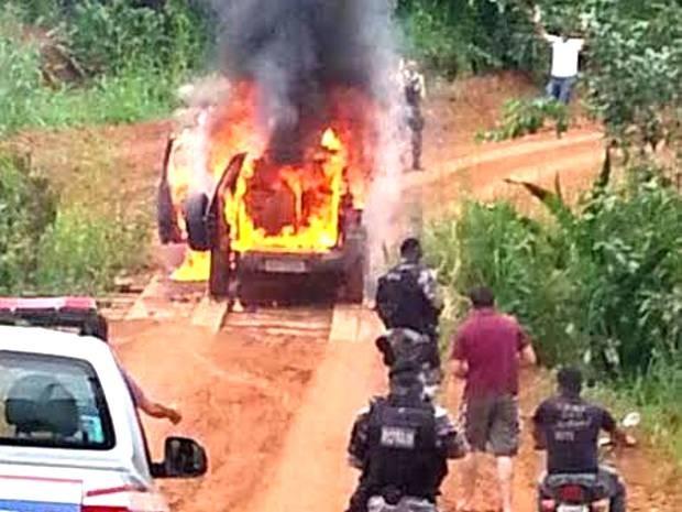 caminhonete incendiada uruará banco do brasil (Foto: Glaydson Castro/ TV Liberal)