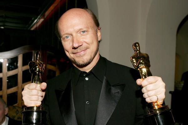 Paul Haggis posa com as duas estatuetas do Oscar conquistadas com o Crash - No Limite (2004) (Foto: Getty Images)