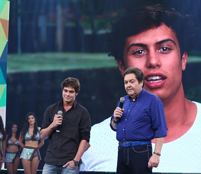 Rafael Vitti recebeu o carinho dos amigos (Foto: Carol Caminha/Gshow)