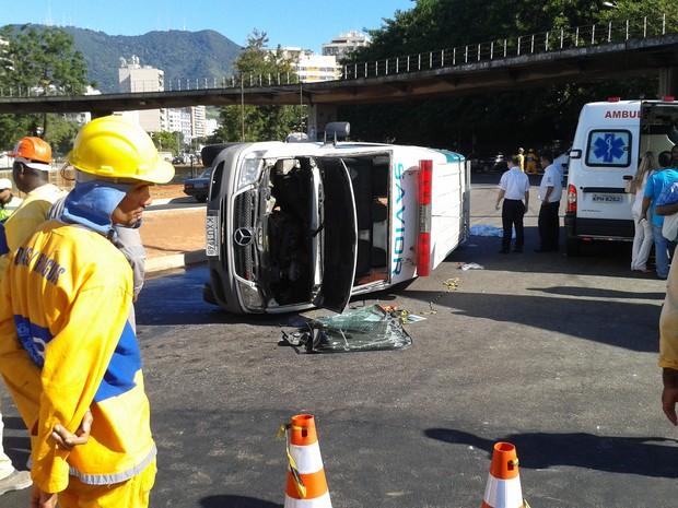 Ambulância tombou por volta das 14h entre o Maracanã e a Uerj (Foto: Janaína Carvalho/G1)