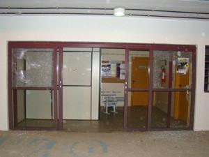 Portas e vidraças foram quebradas durante tumulto (Foto: Divulgação/PF)