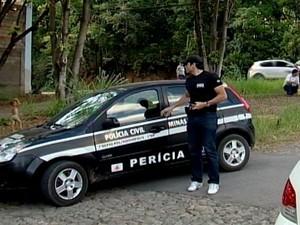 Perito da Polícia Civil chega para atender à ocorrência (Foto: TV Integração/Reprodução)