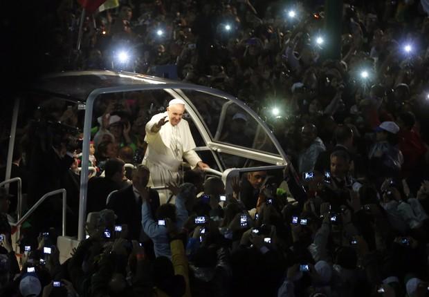 No papamóvel, Francisco passeia ao lado de fiéis na avenida Atlântica (Foto: AP Photo/Enric Marti)