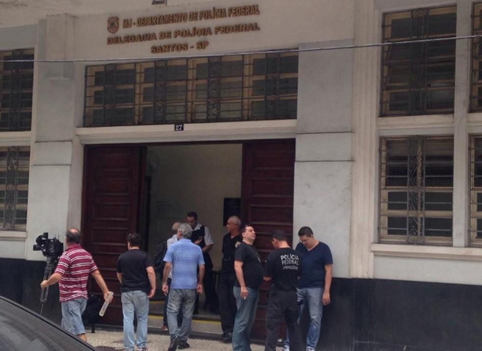 Fábio foi levado à Delegacia da Polícia Federal em Santos, no litoral paulista (Foto: João Paulo de Castro/G1)