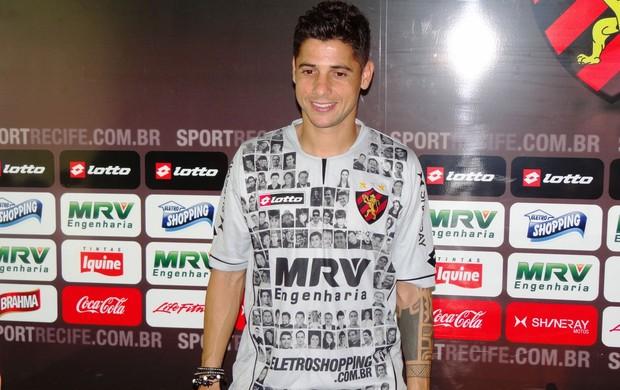Cicinho vestindo a camisa que presta homenagem à torcida do Sport (Foto: Lula Moraes/Globoesporte.com)