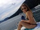 De biquíni de oncinha, Carla Diaz exibe boa forma em Angra, no Rio