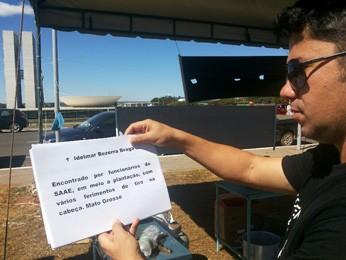Agente mostra nomes de agentes penitenciários assassinados (Foto: Isabella Formiga/G1 DF)