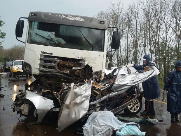 Carro e caminhão colidiram em Novo Barreiro, e quatro pessoas morreram (Foto: Rogério Machado/Arquivo Pessoal)