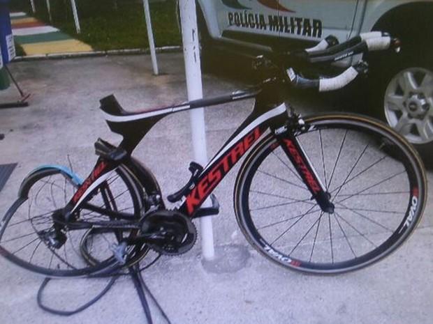 Roda traseira da bicicleta ficou destruída após atropelamento (Foto: PMRv)