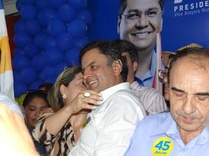 Aécio Neves recebe carinho de correligionários em Imperatriz (Foto: G1)
