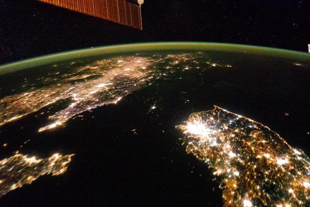 Luzes da Coreia do Sul e da China se destacam, enquanto Coreia do Norte aparece escura, em foto tirada da ISS (Foto: Nasa)