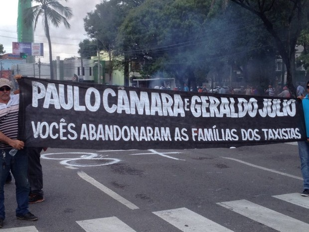 Taxistas presionam poder público contra a circulação do Uber no Recife (Foto: Marlon Costa/Pernambuco Press)