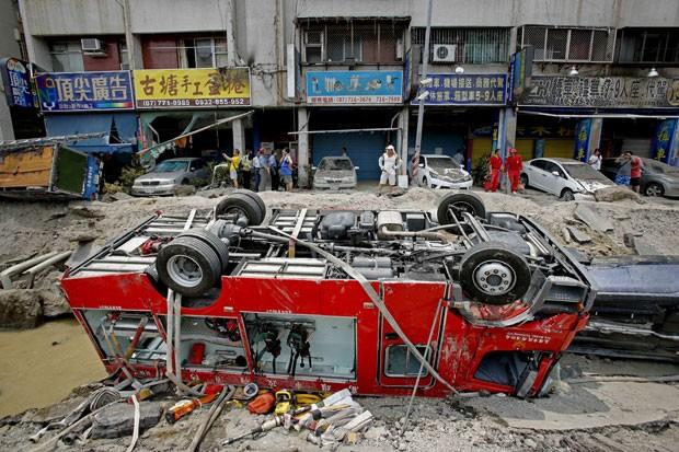 Caminhões de bombeiros foram revirados com a explosão em Kaohsiung, Taiwan. Eles estavam no local atendendo a chamados que alertaram sobre o cheiro de vazamento de gás (Foto: Wally Santana/AP)