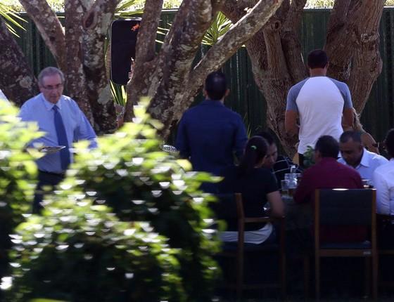 O ex presidente da Câmara, deputado Eduardo Cunha, promove churrasco para funcionários e seguranças para se despedir da residência oficial (Foto: André Coelho/Agência O Globo)