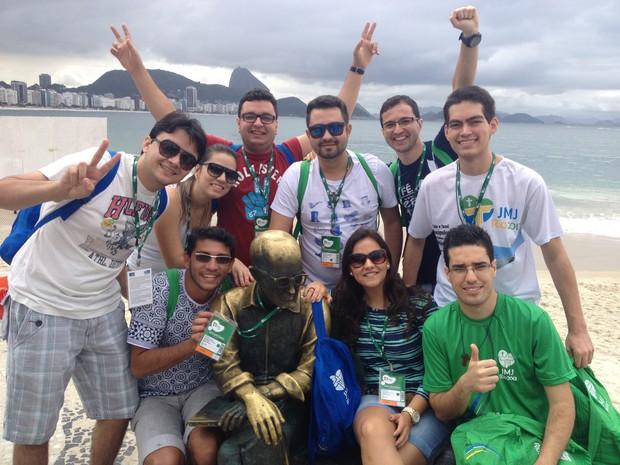 Voluntários conheceram a Praia de Copacabana depois de pegar os kits (Foto: Andressa Gonçalves/G1)