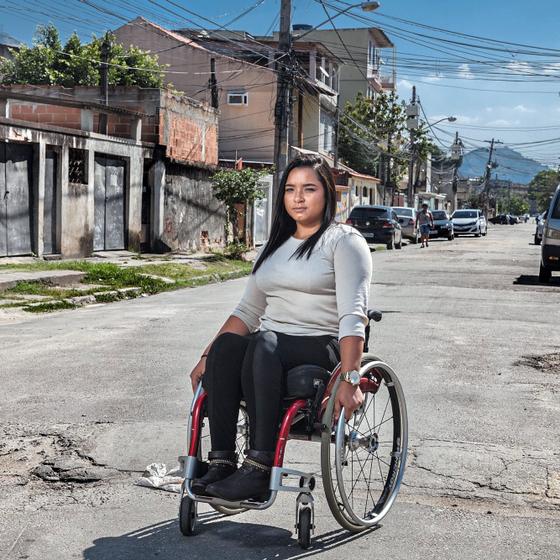 Thayane,uma sobrevivente.A prefeitura cortará o veículo que transportva a garota paraplégica (Foto:  Andre Arruda/ÉPOCA)