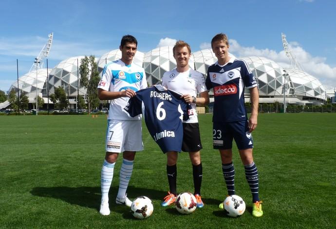 Nico Rosberg ganhou de presente dos jogadores do Melbourne Victory uma camisa 6, seu número na Fórmula 1 (Foto: Felipe Siqueira)