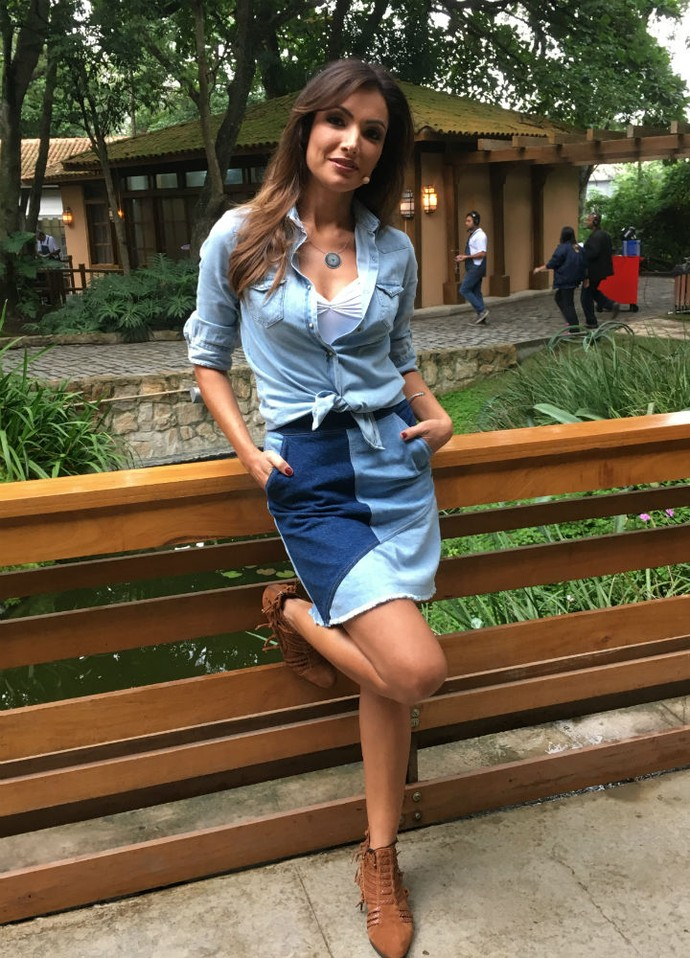 O look total jeans, que combina diferentes lavagens, já fez parte do figurino da apresentadora (Foto: Thais Dias/Gshow)