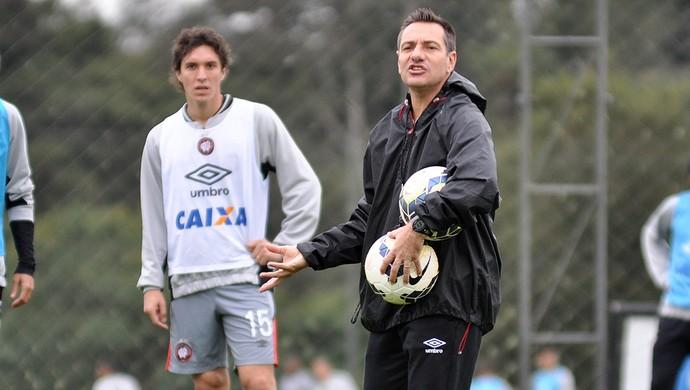 Doriva, técnico do Atlético-PR, e Cléo (Foto: Site oficial do Atlético-PR/Gustavo Oliveira)