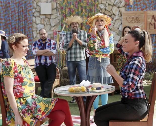 Maria Eduarda e Suzana Pires se lambuzam na brincadera do ovo (Foto: Inácio Moraes/Gshow)