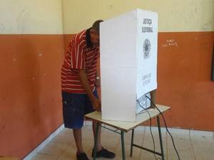 Eleitores de Marituba chegaram cedo para votar. (Foto: Thais Rezende/G1)